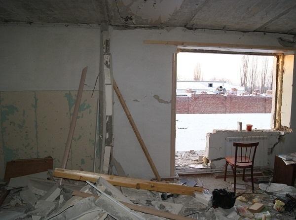 В Шахтах трое рабочих пострадали при взрыве газа, монтируя потолки в квартире
