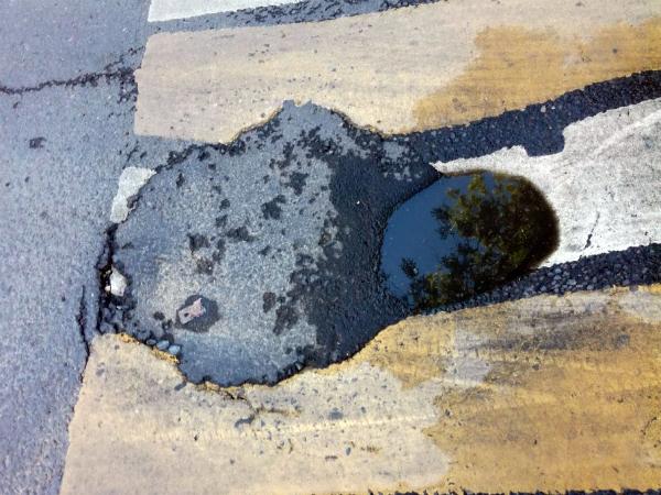 Небрежный ремонт асфальта оставил после себя «в наследство» глубокую яму в центре Ростова