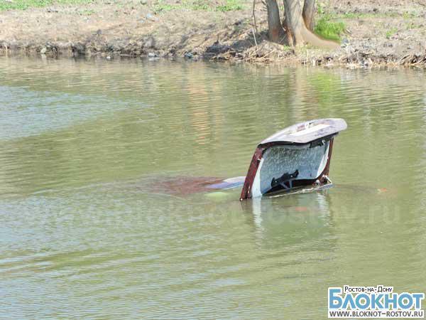 В Ростове на пруду автомобиль «Ягуар» ушел под воду вместе с водителем. ФОТО