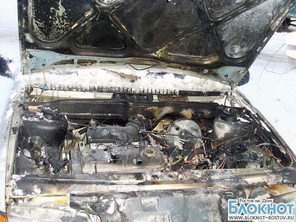 В Новочеркасске рядом с ломбардом загорелся автомобиль полиции с задержанным