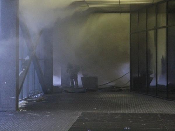 В Ростове-на-Дону на подземной стоянке бизнес-центра «Белый слон» горят автомобили