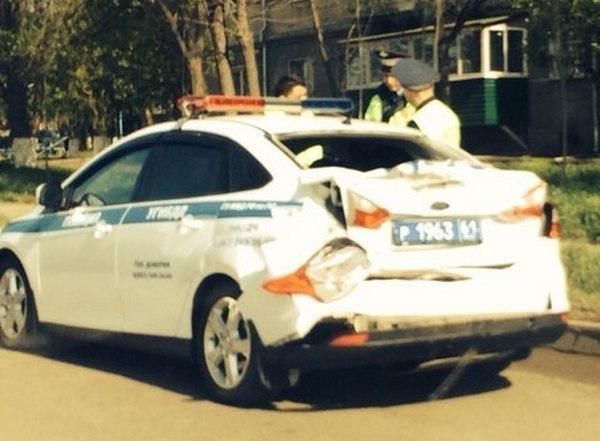 В Ростове фура Scania въехала в патрульный автомобиль ДПС