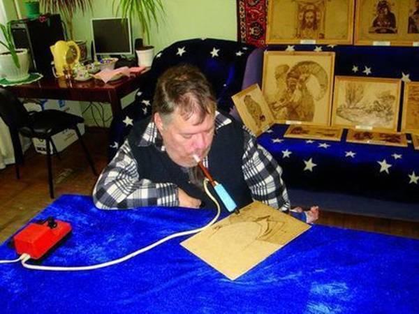 В Новочеркасске открылась выставка художника, который создает картины зубами