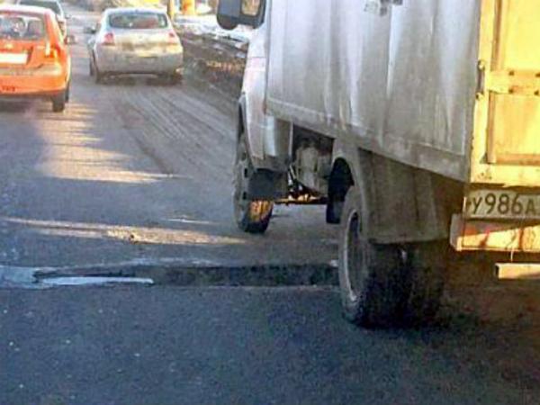 Намосту Малиновского вРостове из-за грузового автомобиля провалился асфальт