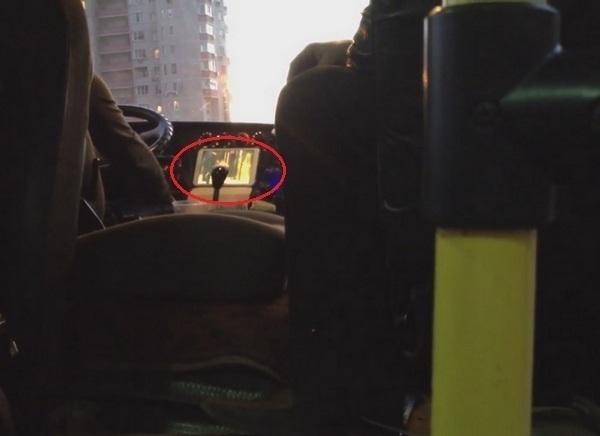 В Ростове водители маршруток во время движения смотрят кино. ВИДЕО
