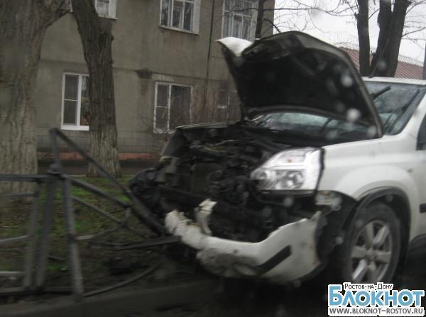 В Таганроге «Ниссан» протаранил ограждение рядом со следственным изолятором