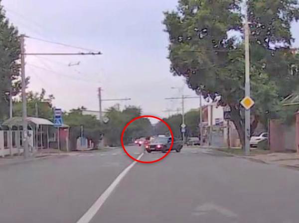 В Ростове-на-Дону водитель «БМВ» сбил женщину на «зебре» и скрылся. Видео