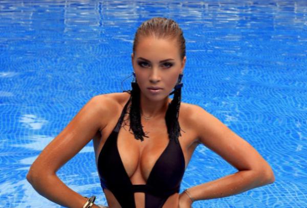 Многодетная мама Полина Диброва восхитила роскошной фигурой в бикини