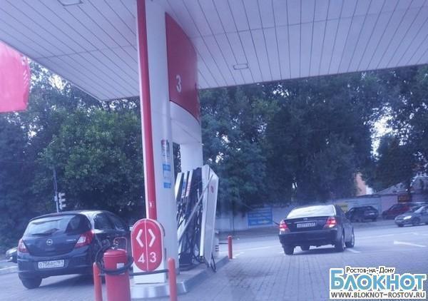 В Ростове блондинка на «Тойоте» вырвала бензоколонку из фундамента, забыв вынуть пистолет из бака. ФОТО