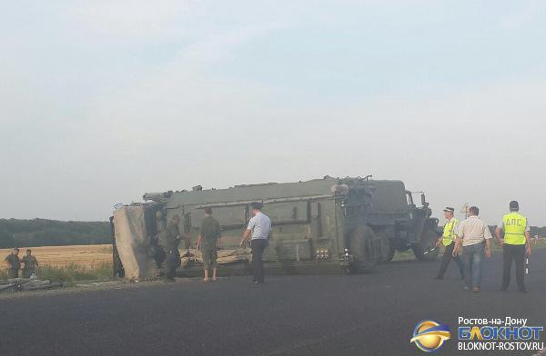 На трассе в Ростовской области перевернулся военный КамАЗ. Видео