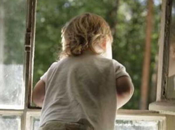 В Морозовске двухлетняя девочка выпала из окна второго этажа