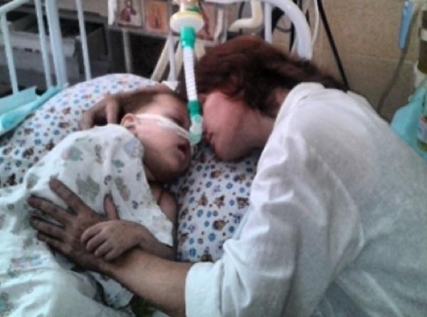 В больницу Ростова доставлена тяжелобольная 2-летняя девочка из Луганска