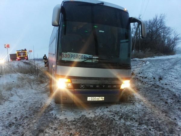 В Ростовской области из-за гололедицы автобус, следовавший в Ингушетию, съехал в кювет