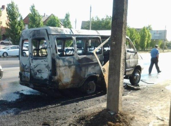 В Ростове после столкновения с «Ладой Приорой» загорелась маршрутка: 6 пострадали. Видео
