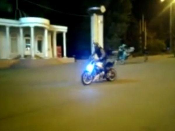 В центре Ростова на тротуаре байкеры устроили опасное шоу. Видео