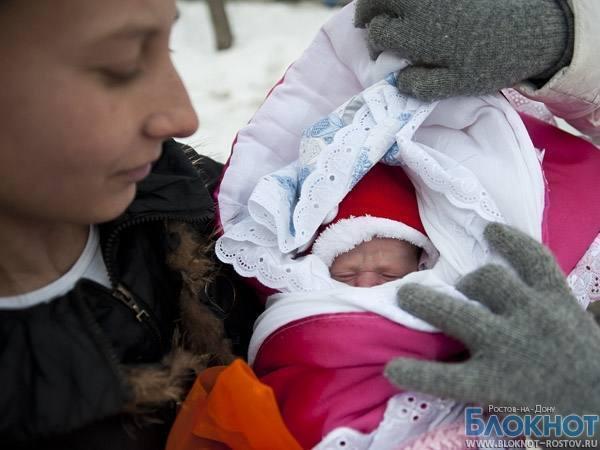 Из-за закрытого родильного отделения жительница Азовского района родила дочку в поле