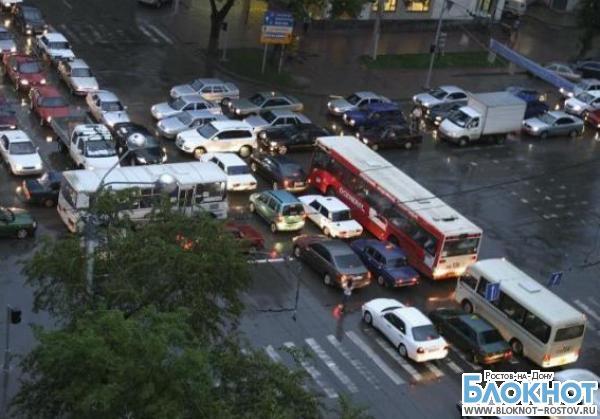 В Ростове из-за дождя образовались многокилометровые пробки