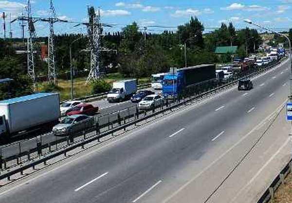 На въезде в Ростов на трассе М-4 «Дон» образовалась пробка длиной более 17 км