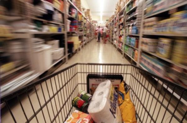 Бедный ростовчанин, угрожая ножом, украл корзину с продуктами из супермаркета