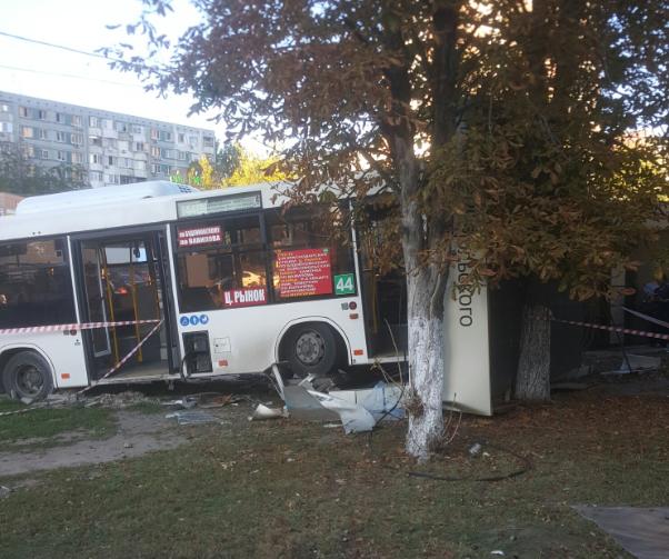 ВРостове автобус врезался востановку с людьми