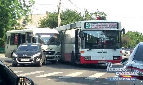 Авария с участием автобуса и маршрутки произошла на Казахской
