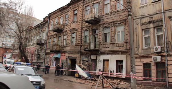 ВРостове наСоциалистической обвалился фасад аварийного здания