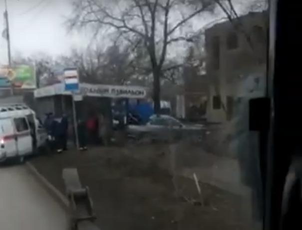 Врезались в остановку: мужчина и маленький ребенок пострадали в ДТП на Доватора