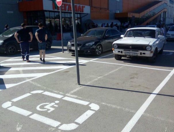 Позорное парковочное место для инвалидов высмеяли ростовчане