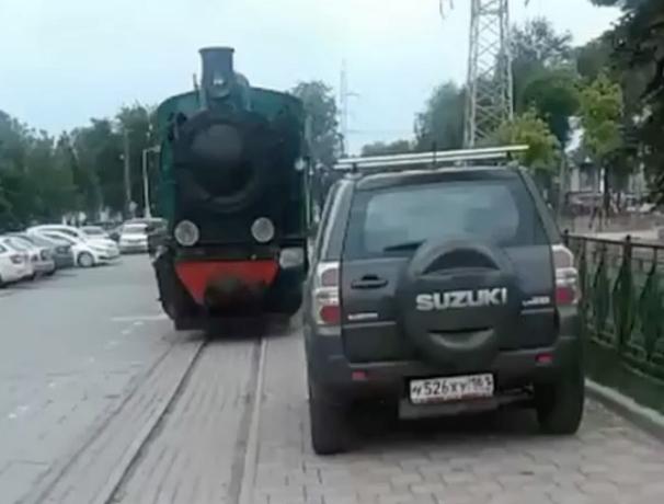 Автохамки без раздумий перекрыли путь детскому поезду в Ростове