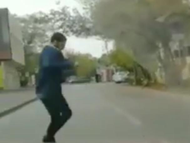 Ловящий трипы под колесами автомобилистов пешеход-«невменяшка» в Ростове попал на видео