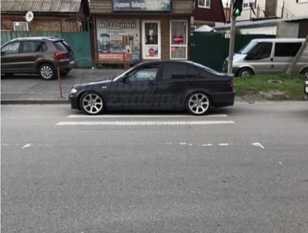 Автохам в тонированном BMW  перегородил дорогу маме с коляской в Ростове