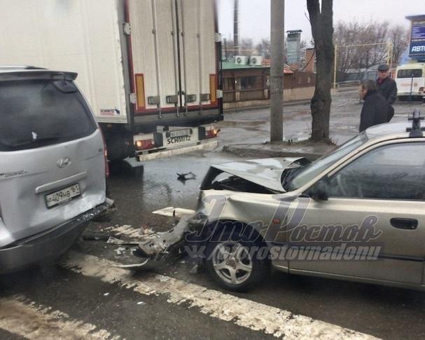ВРостове случилось массовое ДТП сучастием грузового автомобиля