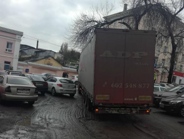 Беспредельно наглый водитель фуры поставил в неудобную позу ростовских автовладельцев
