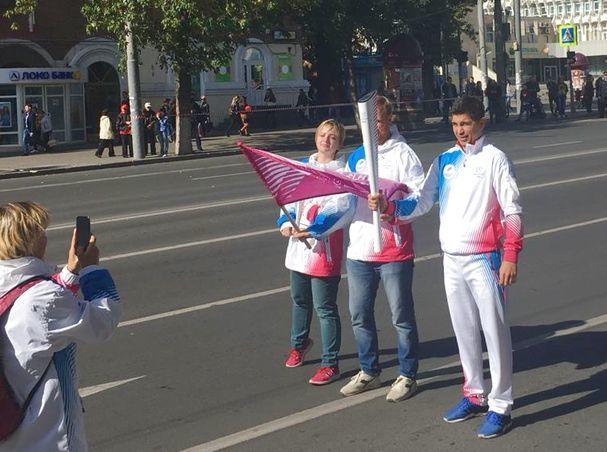 Эстафету огня передавали друг другу знаменитые спортсмены в центре Ростова