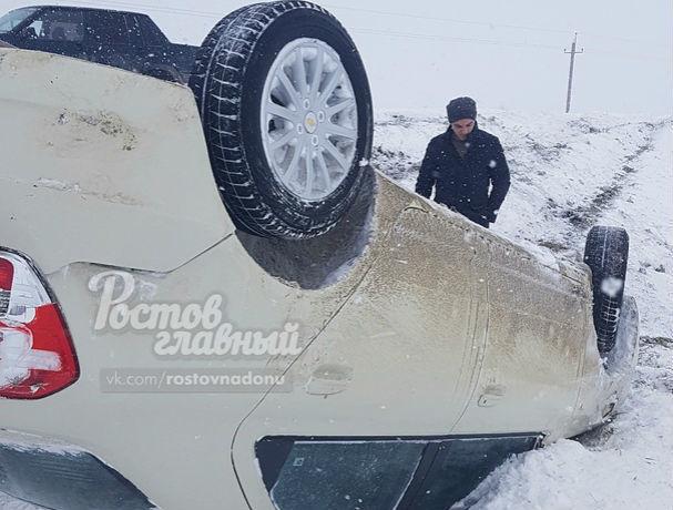 Метель и сильный ветер: автомобиль перевернулся на заснеженной трассе в Ростовской области