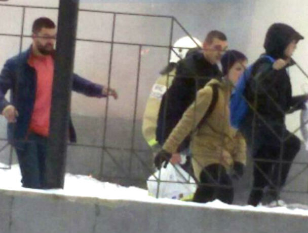 Опубликованы фото и видео эвакуации детей из полыхающего лицея в Ростове