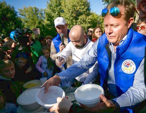 Известный телеведущий попробовал гигантский курник на грандиозном фестивале в Ростове