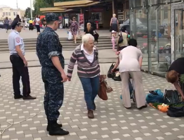Роняя петрушку побежали бабушки от строгого полицейского в центре Ростова