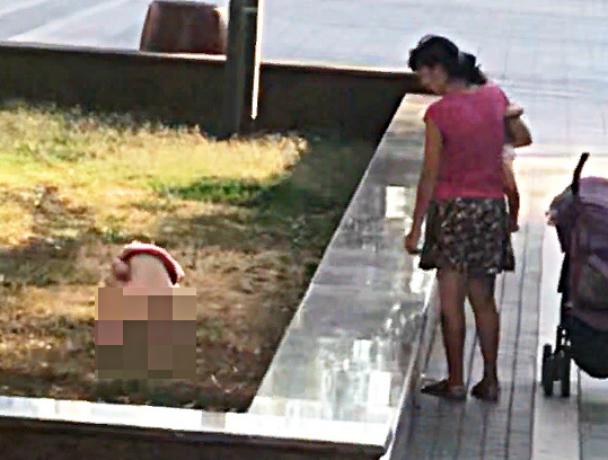 Писающая возле правительства девочка и ее мама взорвали соцсети Ростова
