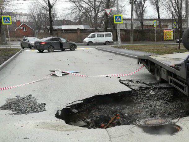Асфальт ушел под землю на улице Ростова и «прихватил» машину-эвакуатор