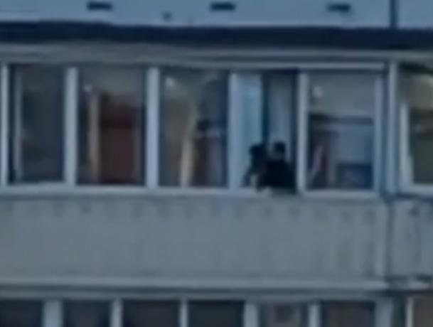 Юная ростовчанка каждый день играет со смертью на балконе многоэтажки