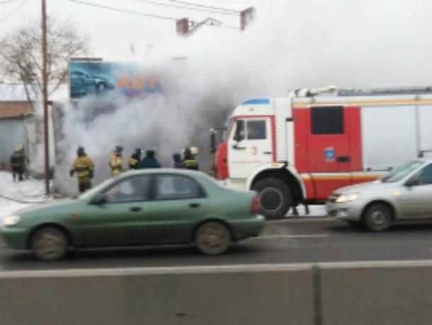 Унесший жизнь мужчины страшный пожар в автосервисе Ростова попал на видео