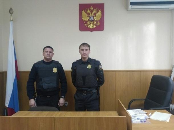 Поножовщина в суде Батайска: выживший пристав догнал обидчика