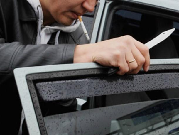 ВРостовской области таксисту нанесли 14 ударов ножом иугнали машину