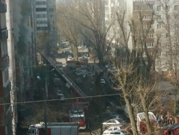ВРостове в многоэтажном высотном здании горела квартира