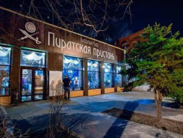 Массовую драку из-за официантки устроили посетители кафе «Пиратская пристань» под Ростовом