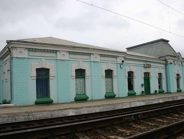 Грузовой поезд разнес Lada Priora на переезде в Орловском районе