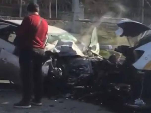 Автолюбитель из Ростовской области насмерть разбился о микроавтобус с туристами в Сочи