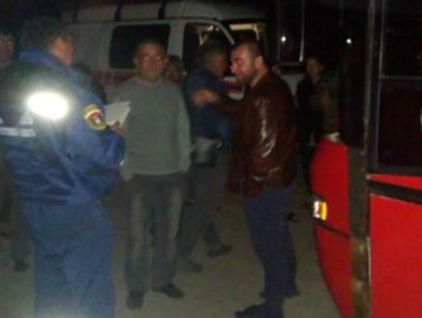 Четыре часа околачивались на ночной трассе полсотни пассажиров заказного автобуса в Ростовской области