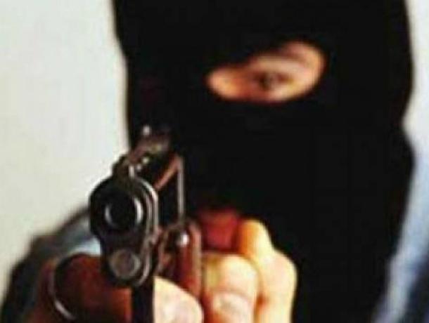 Двое мужчин в масках под угрозой расстрела заставили сотрудника АЗС отдать всю выручку в Ростове